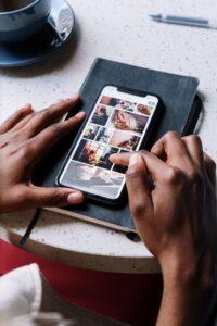 smartphone pour surveiller la maison avec une alarme connectée